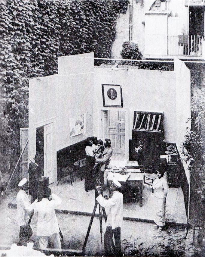 """Partenope Film, ein Studio in den Straßen von Neapel (aus: """"Streetwalking on a ruined map"""", Giuliana Bruno, Princeton University Press 1993)"""